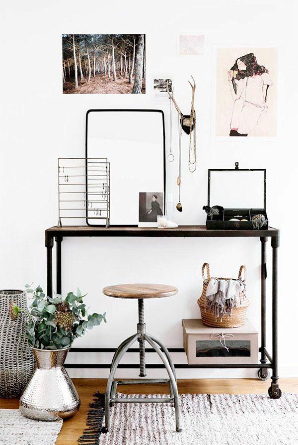 """Aus der Serie """"Ankleidezimmer selber bauen"""" stammt die Idee für diesen DIY Schminktisch im Vintage Style. Die verträumte Wandgestaltung harmoniert bestens zum Industrial Look."""
