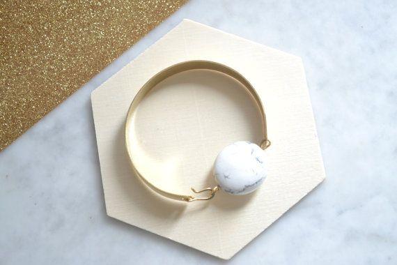"""Bracelet Marbre pierre semi précieuse howlite blanc et gris ovale et métal laiton doré """"PolyStones"""""""