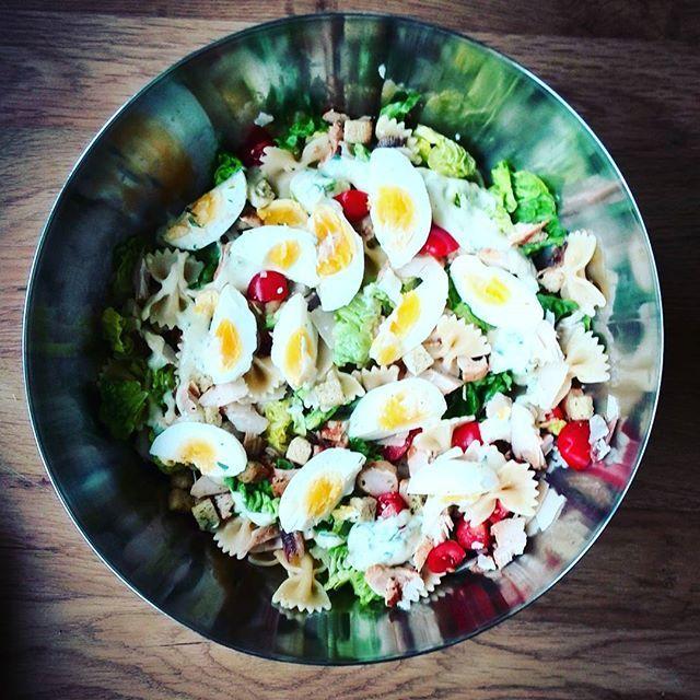 ceasar pastasalade met kip en gezonde dressing. Klik door voor het recept!