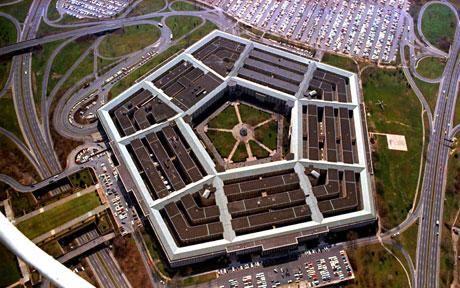 Miközben a falai között született némely döntések is bőven okot adtak a vaskos politikai összeesküvés-elméletekre, maga a Pentagon épülete is a találgatások kereszttüzében áll: sajátos ötszög alakú kolosszusában naponta majdnem 30 ezer ember dolgozik, a bebocsáttatást nem nyerők pedig előszeretettel látnak bele bármibe bármit az amerikai védelmi minisztérium épületével kapcsolatban.