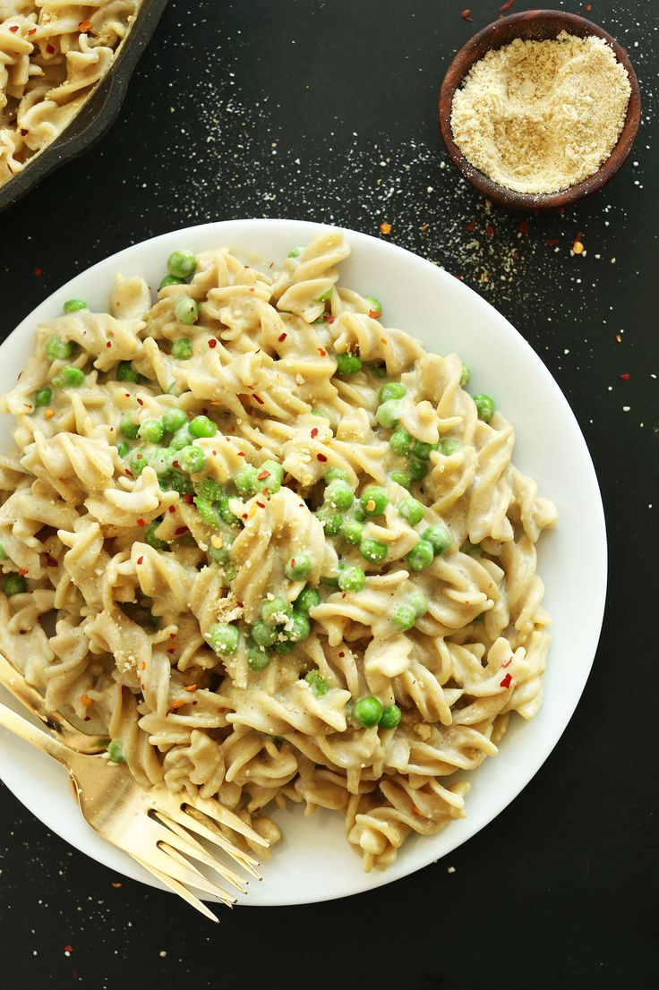 30-minute Vegan Alfredo Pasta with just 9 ingredients, simple methods and big flavor! Top with peas and vegan parmesan cheese for a hearty plant-based meal.