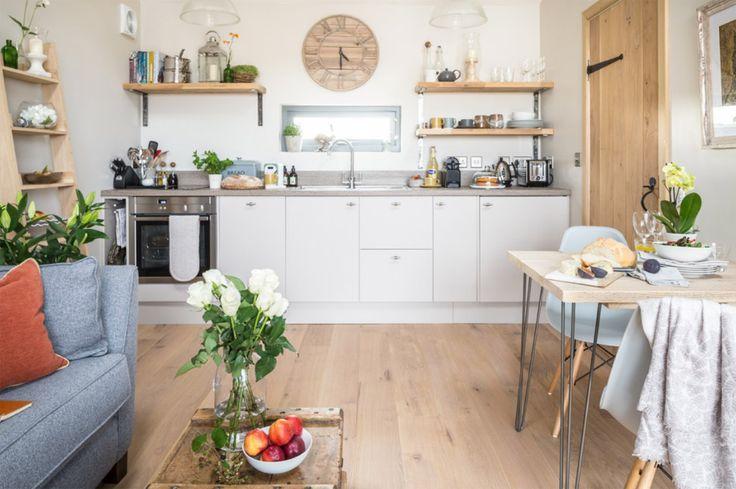 ภายในตัวบ้านแบ่งเป็นห้องโถง ซึ่งใช้งานทั้งเป็นห้องนั่งเล่นและห้องครัว โทนสีที่ใช้เป็นสีขาวเพื่อให้ห้องดูกว้างและสว่างขึ้น เข้ากันได้ดีกับสีน้ำตาลของพื้นไม้และบานประตู ส่วนชั้นวางของต่างๆก็ทำมาจากไม้เสียเป็นส่วนใหญ่ครับ