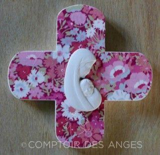 """Croix""""Vierge à l'enfant"""" modèle A et fond en tissu liberty  : Décorations murales par comptoir-des-anges"""
