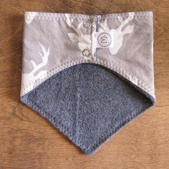 Ce petit cache-cou est idéal pour protéger la nuque de votre enfant par temps froid et de plus, il lui donnera du style.Doublé de polar