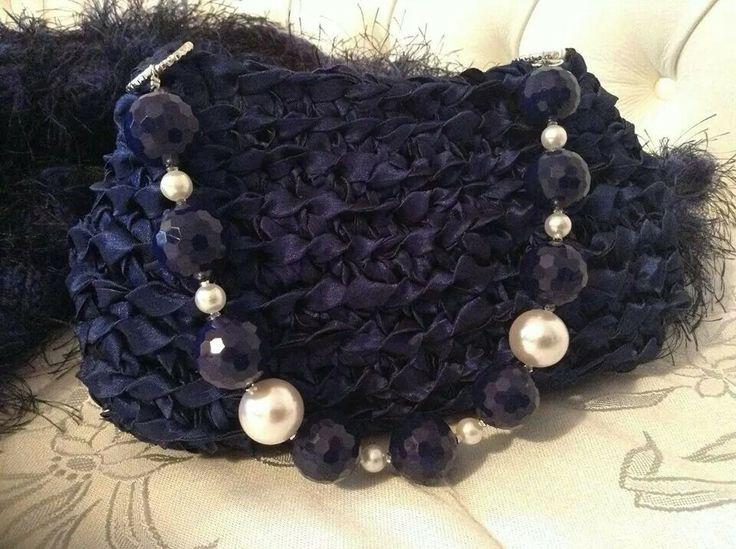 Pochette in taffeta di color bluette con manico corto in perle e Swarosky