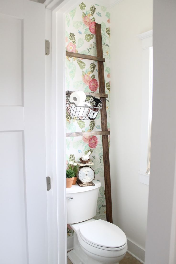 What a clever idea to use the ladder to hold things behind the toilet.