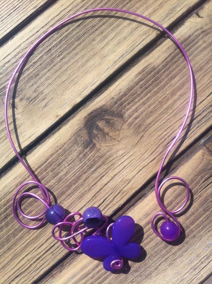 Collier n°050  Avec du fil d'aluminium rose clair et ses perles de couleur violette  Retrouvez ce modéle sur ma page facebook : https://www.facebook.com/olivia.creation.5