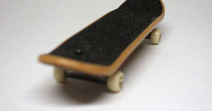 """Como fazer manobras com skate de dedo. Uma das coisas que se pode descobrir com um skate de dedo é que ele não é tão divertido se você não puder fazer algumas manobras. As mais complicadas dependem da habilidade na execução de algumas das manobras mais básicas e simples, como o """"ollie"""" (onde o praticante e o skate saltam sem o uso das mãos) ou os """"grinds"""" (feitas em corrimãos e ..."""
