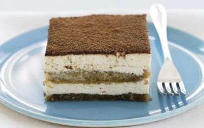 Tiramisù allo yogurt al caffè - Il tiramisù allo yogurt al caffè è una ricetta prettamente estiva che si prepara velocemente e che contiene ingredienti più leggeri. Un modo alternativo e genuino di proporre un dessert classico.