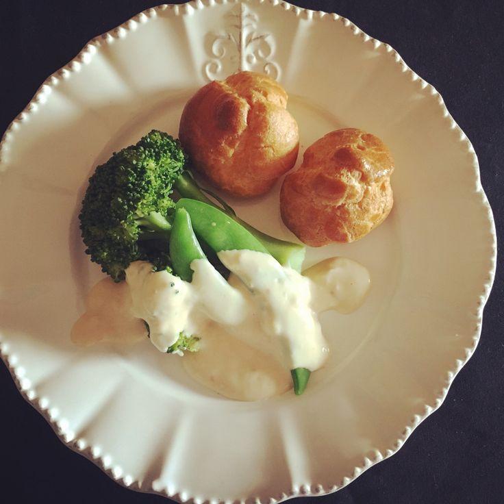 温野菜の味噌チーズソースかけ クリームチーズと味噌の発酵食品同士の組み合わせソース! 健康にも良く、野菜もおいしく食べれます! Eclat0506 材料 (2人分) クリームチーズ 30g 味噌 小さじ1 お湯 大さじ1 好みの野菜 適量 作り方 1 野菜はなんでも良いので蒸すか茹でるかしておきましょう! 2 クリームチーズをクリーム状にペースト状になるまでスプーンで混ぜる 3 味噌をペーストになったクリームチーズに加え混ぜる。 4 写真 2に沸騰したお湯を入れて、しっかり混ぜて出来上がりのソース! コツ・ポイント 混ぜるだけの超簡単! 野菜はなんでも合います! 私はシュー生地をパン変わりによく焼くので、野菜と食べますが、バケット添えても良いでしょう! レシピの生い立ち 余ったクリームチーズで野菜にかける変わったソースを作りたく、味噌を混ぜたらおいしくできたのでアップします♡ レシピID:3883054