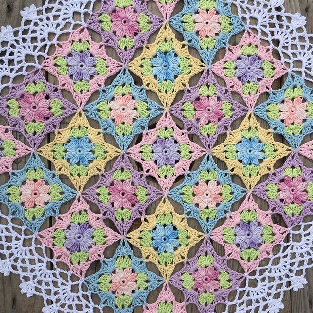 Continuing with a pretty edge around my flower squares 🌸🍃 A really Summer doily 🍃 #crochet_millan Design 🌸