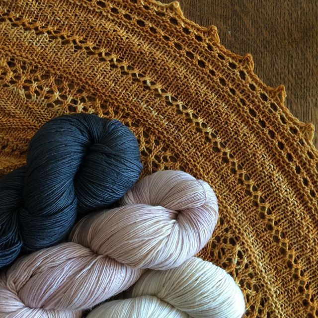 Dreaming of post-Christmas knits? We are! Lionberry is a free Ravelry download, and Manos del Uruguay's Fino is the perfect choice. . . . #ravelry #manosdeluruguay #handknit #shawls #knittersofinstagram #manosdeluruguayfino #lionberryshawl
