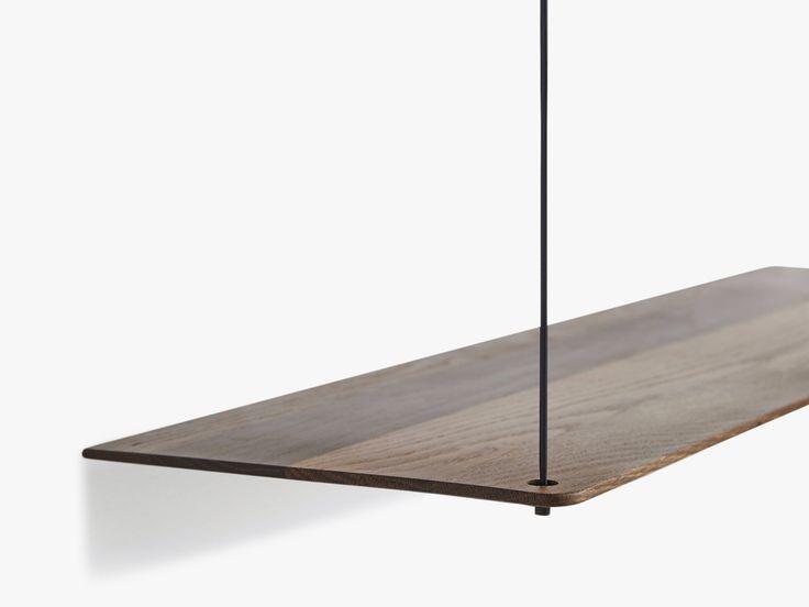 WOUD er kendt for deres lækre håndværk, og det mørke egetræ er ikke nogen undtagelse. Den smukke Stedge hylde passer perfekt ind i det minimalistiske hjem.