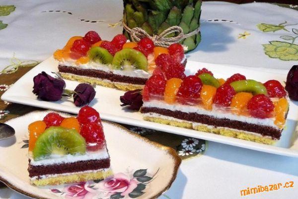 Barevné tvarohové řezy s ovocem