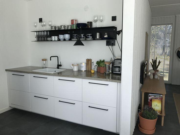 Huvilan keittiön kruunaa betoninen taso ja Vipin laadukkaat hyllyt
