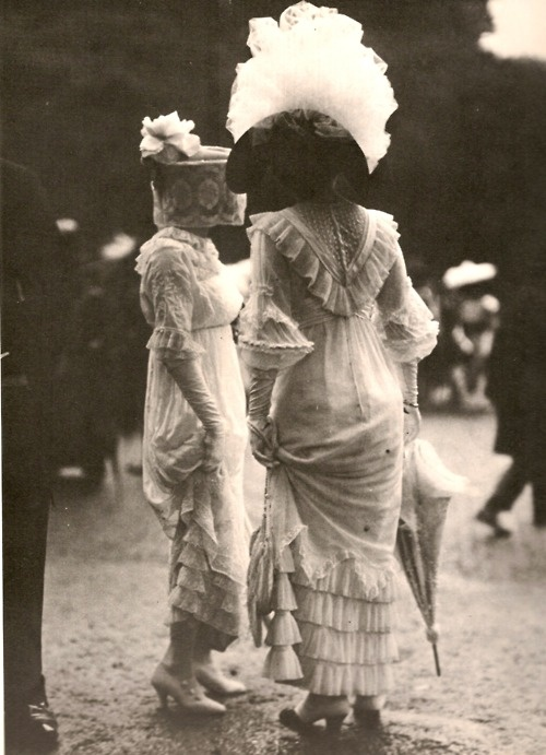 Society women in France, 1909. (I love how they're both holding their skirts off the ground. Good know they did it, and how it worked. Also note the lace veil.)