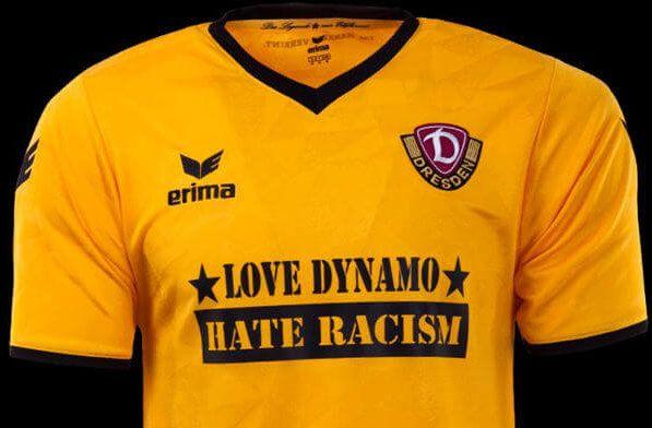 """Dynamo Dresden vs. VfB Stuttgart mit Sondertrikot """"Love Dynamo – Hate Racism"""" » Die Spieler der SG Dynamo Dresden tragen mit Unterstützung der Fel ..."""