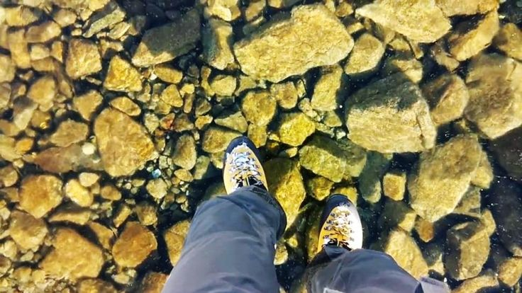 enjoymarket: Περπατώντας πάνω σε μια παγωμένη λίμνη! (βίντεο)
