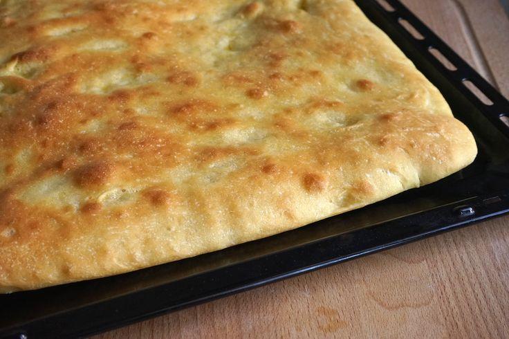 La focaccia di semola rimacinata Bimby a base di farina di grano duro, è una focaccia soffice perfetta per essere farcita o con pomodorini o cipolle rosse
