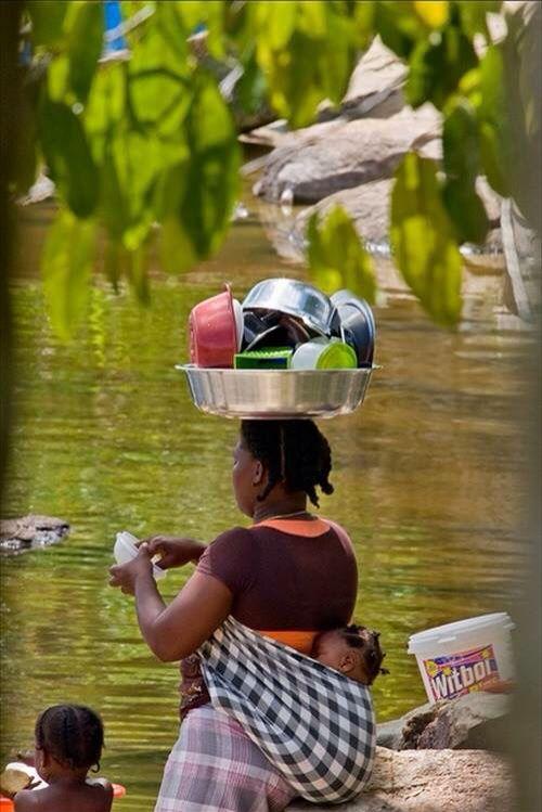 De vaat doen in de rivier in Suriname
