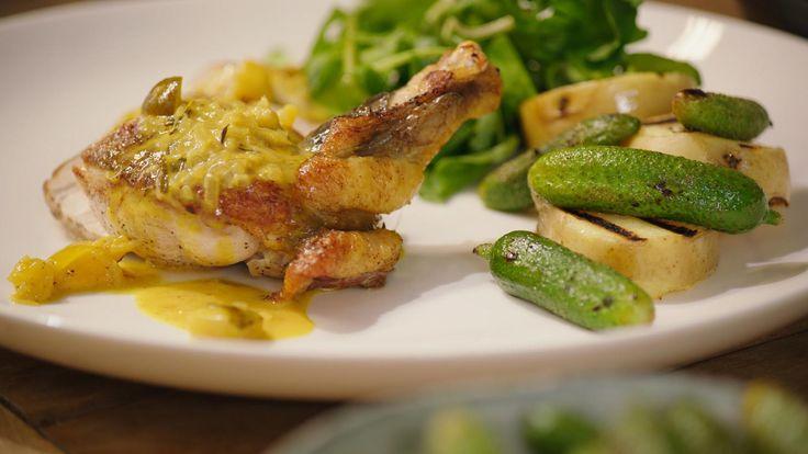Crosse & Blackwell-saus is een saus op basis van pickles en room. Ze past perfect bij parelhoen. Jeroenmaakt er gegrilde augurkjes en een eenvoudige waterkerssalade bij.
