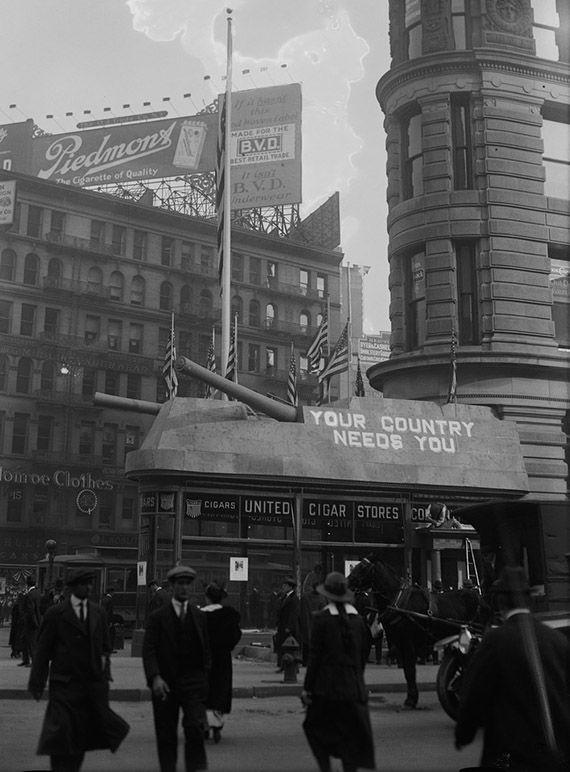 Marine recruiting center, Flatiron Building, 1917.  Evolución de la ciudad de Nueva York, 1916 - 1917 .