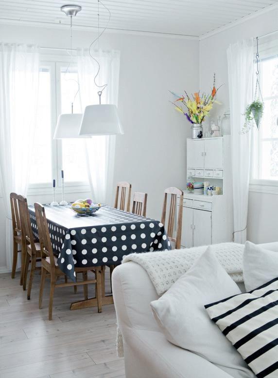 Ruokapöydän ja eripariset tuolit on ostettu huutokaupasta. Valaisimet, vahakangas ja valkoiset verhot ovat Ikeasta.   Mustavalkoinen pehmo   Koti ja keittiö