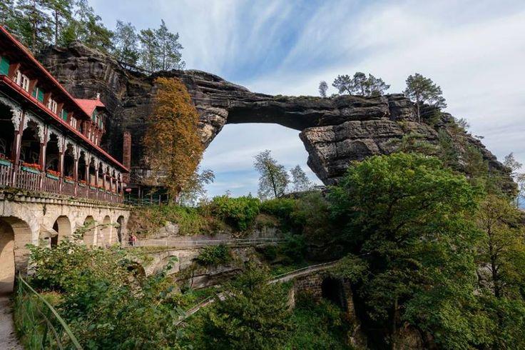 Tsjechie De Pravčická brána is met een breedte van 26 meter en een hoogte van 16 meter de grootste natuurlijke boog van Europa!