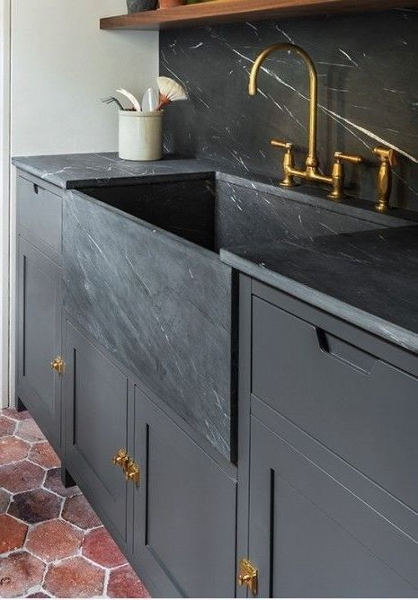 Dieses wunderschöne Waschbecken im Landhausstil hat mich gelehrt, was Kendall Charcoal ist und das ich es in meiner winzigen Wohnung brauche.