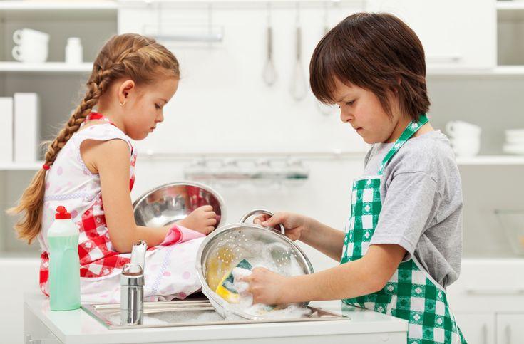 Oké, azt tudjuk, hogy hasznos dolog rávenni a gyereket némi házimunkára. De hogy például a teregetés, mosogatás, terítés vagy rendrakás egyenesen szükséges is, arra mostantól bizonyítékunk van! Az egyik amerikai egyetem felméréséből kiderült, hogy azok a gyerekek, akik kicsi koruktól fogva részt ves