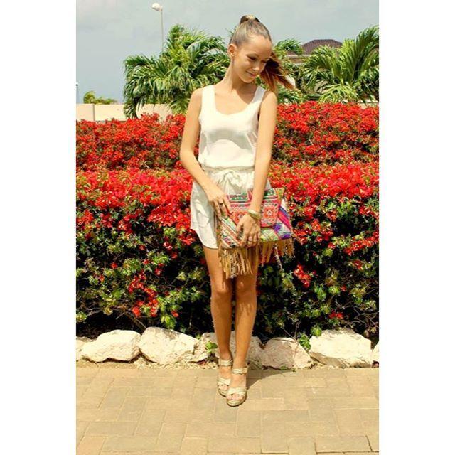 Ibiza style clutch read more at dushitrends.wordpress.com #ibizaclutch #ibiza #clutch #flowers #bohemian #whiteclothing #dushitrends #curacao #dushi @samvisch