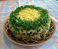 НОВЕЙШИЙ и ВКУСНЕЙШИЙ Салат ГРИБЫ под ШУБОЙ. - 500 гр грибов - 1-2 головки репчатого лука - 3-4 вареные картофелины - зеленый лук - 3-4 яйца - несколько соленых огурцов - 200 гр твердого сыра - майонез Приготовление: 1. Грибы перебираем, моем, режем и жарим на сковородке и репчатым луком. 2. Вареный картофель, яйца, соленые огурцы, сыр трем на крупной терке. 3. Выкладываем слоями: 1 слой - жареные грибы с луком 2 слой - вареный картофель 3 слой - зеленый лук 4 слой - майонез 5 слой…