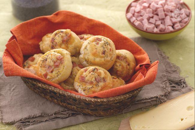 Le chioccioline di pane ripieno di cotto e fontina sono uno snack salato goloso: piccoli bocconcini di pane ripieni di formaggio e prosciutto.