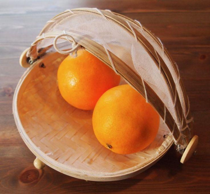 Praktische und dekorative Abdeckhaube mit festmontierter Schale aus Bambus. Ideal im Sommer als Wespen- und Fliegenschutz.