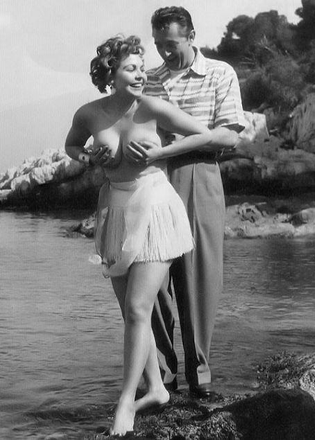 Robert Mitchum   Robert Mitchum gets his hands on Simone Silva