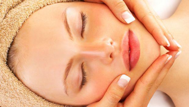 A limpeza de pele com mel limpa os poros e serve para deixar a pele do rosto como seda, além de ser uma das medidas caseiras mais poderosas para quem quer ficar com a pele bonita e saudável.