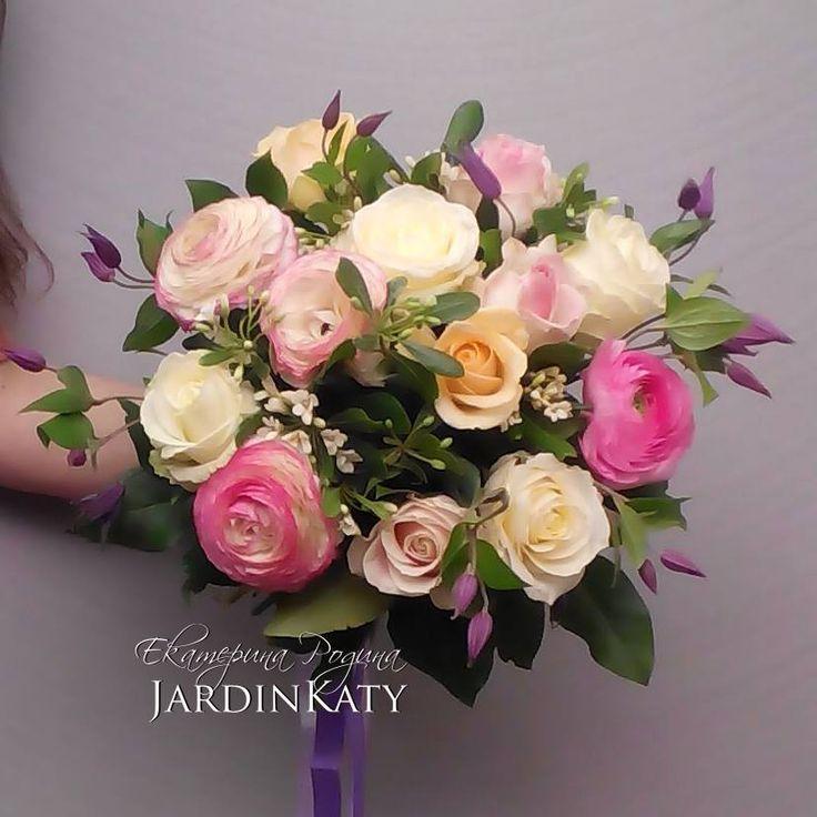 очаровательный букет в пастельных тонах. Розы, ранункулюсы, клематисы и ароматный жасминиум.