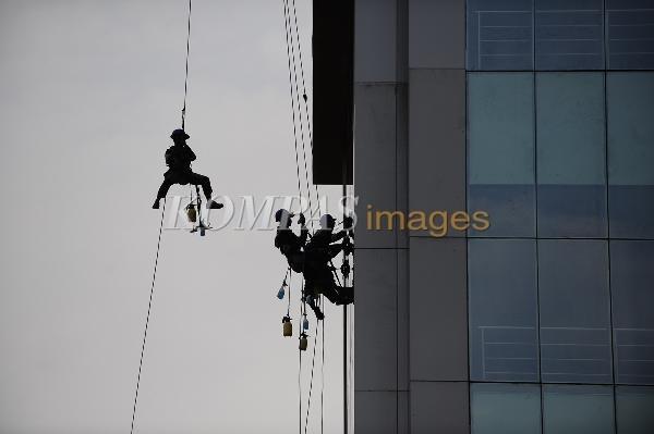 Bekerja di Ketinggian  Pekerja menggunakan perlengkapan keamanan diri yang memadai saat membersihkan kaca sebuah gedung di Jalan Pahlawan, Kota Semarang, Jawa Tengah, Rabu (1/2/2012).