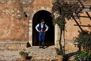 Άνδρας με Παραδοσιακή Φορεσιά στην Ιερά Μονή Αρκαδίου | Man in Traditional Cretan Costume at Arkadi Monastery