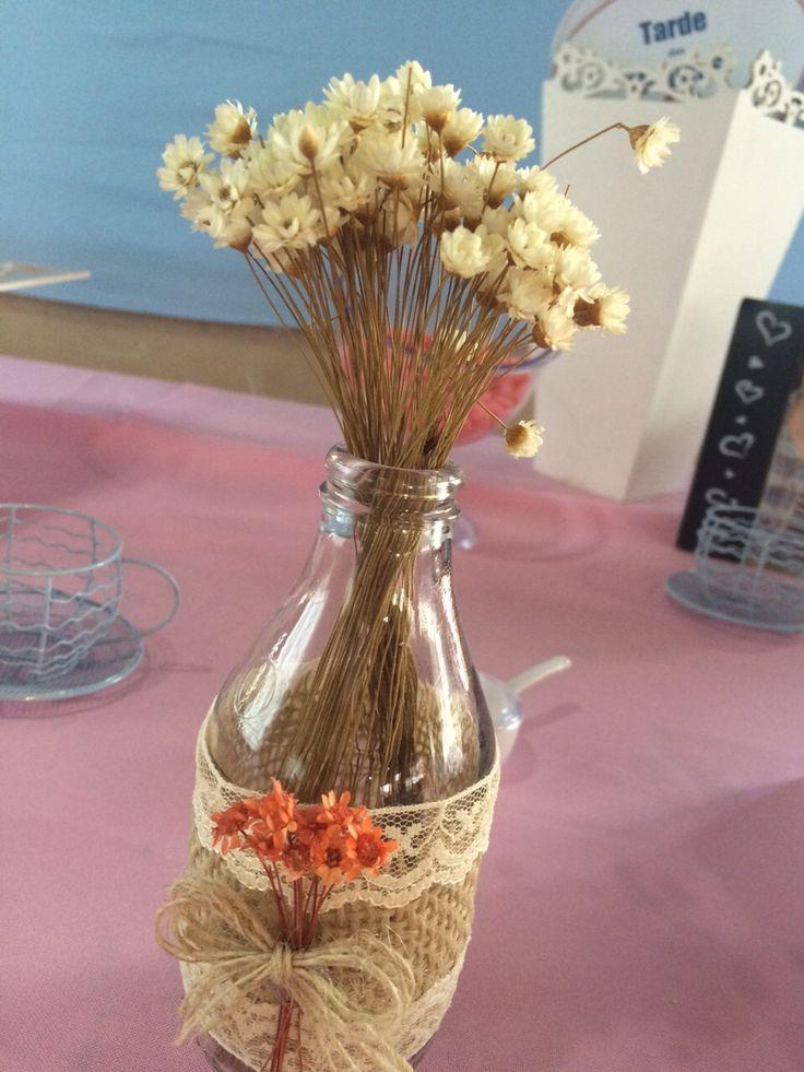Lindas garrafinhas decoradas para encher de estilo a sua festa!  Perfeita também para usar como objeto de decoração em casa!