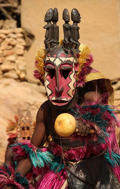 Masque danseur : Afrique : Dogon dancer shaking a musical calabas, in Tirelli, Mopti, Mali.