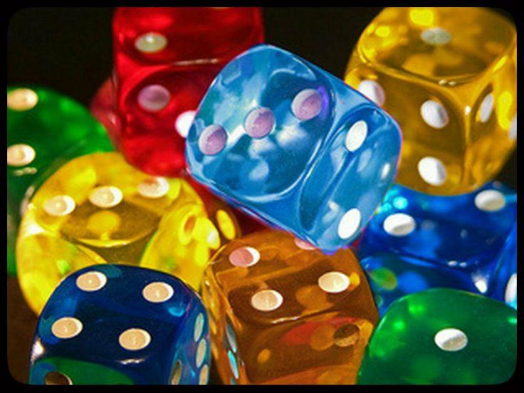 I #Craps använder vi två dice.The spelare måste hantera tärningarna med en hand bara när man kastar och tärningarna måste träffa väggarna på den motsatta änden av bordet. #casinoonline