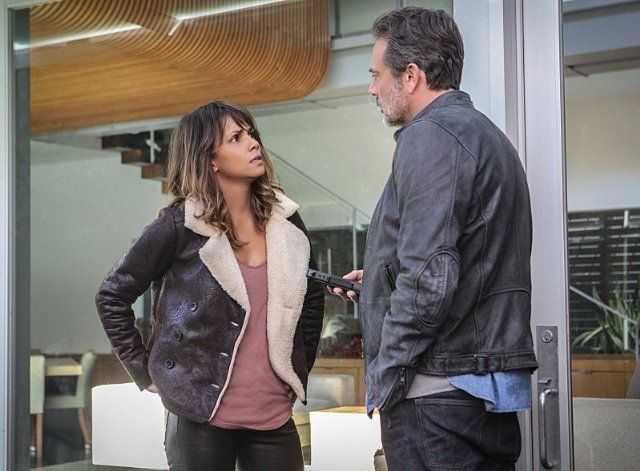 Still of Halle Berry and Jeffrey Dean Morgan in Extant (2014)
