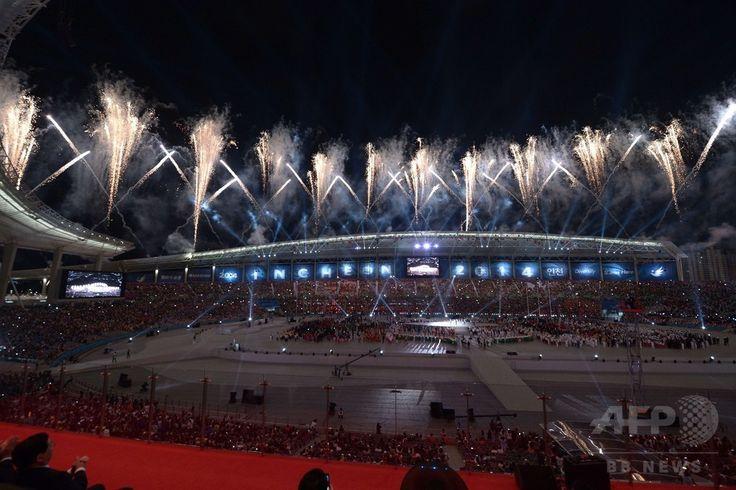 第17回アジア競技大会(17th Asian Games、Asiad)の開会式が行われた仁川競技場(Incheon Asiad Main Stadium)で打ち上げられた花火(2014年9月19日撮影)。(c)AFP/ROSLAN RAHMAN ▼20Sep2014AFP ホッケー日本代表のバッジが韓国で問題に、アジア大会 http://www.afpbb.com/articles/-/3026514 #Incheon2014