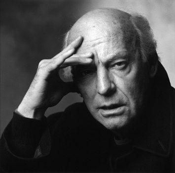 Eduardo Galeano (1940-2015)  periodista y escritor uruguayo, ganador del premio Stig Dagerman. Es considerado como uno de los más destacados escritores de la literatura latinoamericana. Sus libros más conocidos, Memoria del fuego (1986) y Las venas abiertas de América Latina (1971), han sido traducidos a veinte idiomas. Sus trabajos trascienden géneros ortodoxos y combinan documental, ficción, periodismo, análisis político e historia.