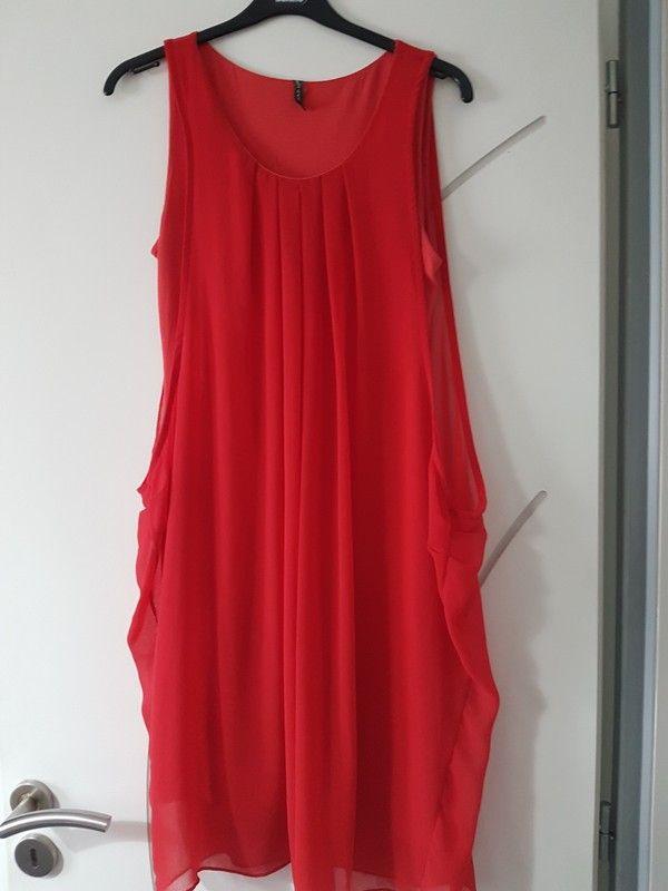 03888de0b74 Robe fluide en voile drapée asymétrique courte d été de Naf Naf ...