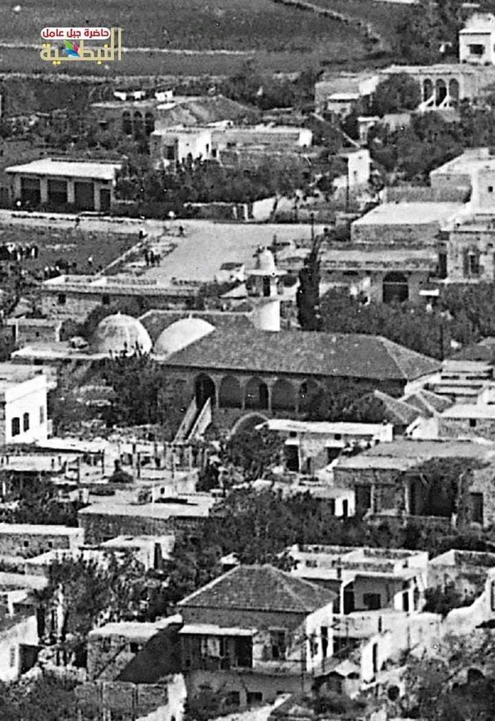 السراي العثمانية القديمة في مدينة النبطية ومن خلفها جامع حي السراي القديم في صورة نادرة من العام 1950 City City Photo Photo