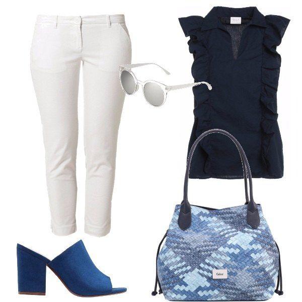 Ai pantaloni bianchi corti alla caviglia con la piega abbiniamo la camicetta con volants verticali, le mules col tacco grosso, la borsa con intrecci tutti di tonalità di blu a completare gli occhiali trasparenti.