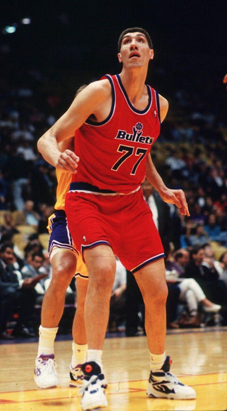 Gheorghe Dumitru Mureșan aka Ghiță Mureșan ➨ recordul său pentru naționala României este de 42 de puncte, reușite într-un meci cu Suedia, în noiembrie 1992 ➨ în 1993 a pătruns în NBA, evoluând cinci sezoane pentru Washington Bullets (1993-1998) și două pentru New Jersey Nets (1998-2000) ➨ în sezonul 1995-1996 a primit premiul NBA Most Improved Player Award ➨ cu o înălțime de 2,31 m, deține împreună cu Manute Bol titlul de cel mai înalt jucător din istoria NBA.