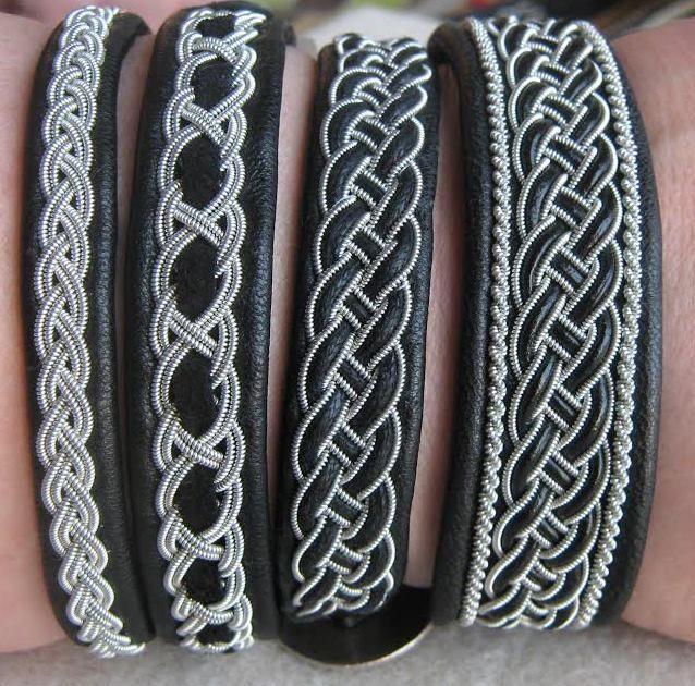 Neljä erilaista tinalankakorua. Kaikissa pohjana mustaa nahkaa. Päällä tinalankaa sekä mustaa nahkaa ja mustaa mokkaa. Four different black leather bracelets with twinned pewter thread.